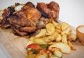Pečené bravčové koleno s chrenom, horčicou, feferónmi a chlebom
